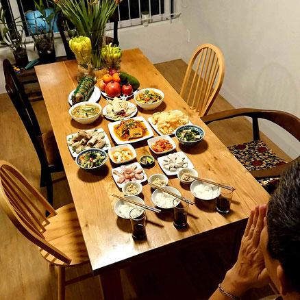 vietnam-saigon-privat-zu hause-familie-tet-2020-neujahrsfest-abendessen-gebet-hand buddha-Klebreiskuchen