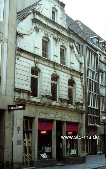 Rothenburg 1970er Jahre - Dem alteingesessenen Uhren- und Schmuckgeschäft Sütfeld folgte ein Jeansladen. Der alte Schriftzug oberhalb der Schaufenster ist noch gut erkennbar.
