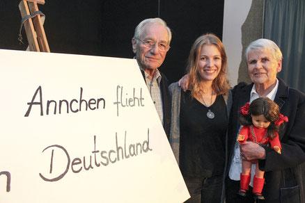 Für ihre Enkelin Nora (Mitte) hat Annchen Heymer ihr Buch geschrieben, ihr Mann Eike unterstützt sie auf Lese-Tour als Manager.