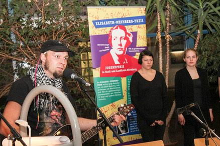 """Ein Punk-Song zu """"Euthanasie"""" steht am Anfang der Lesung der Rehburg-Loccumer Jugendlichen."""