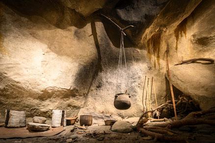 Reconstitution d'un habitat de la première période d'occupation de la grotte des Balmes (Néolithique moyen 3 600/3 5000 av. J.C.)