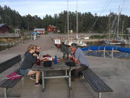 Maria Korten, Stephanie Jarvers und P.Philip Geister bei einem Ausflug an der schwedischen Küste