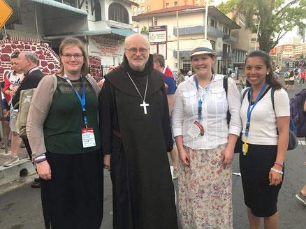 Sophie mit Kardinal Anders Arborelius und weiteren Jugendlichen in Panama