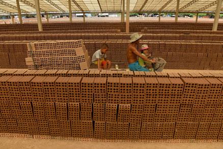 Des Cambodgiens travaillent dans une manufacture de briques près de Phnom Penh, le 11 décembre 2018 (AFP TANG CHHIN Sothy)