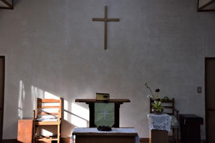 2018年8月26日(日)の十文字平和教会の講壇。講壇の並びがあれこれ変わりました。君江さんが「インスタ映えしますねぇ」とおっしゃいました。なるほど、アーメンです。