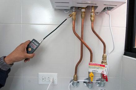 Revisando un calentador de agua