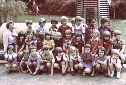 Kindergartengruppe mit der Kita-Leiterin Frau Wißkott in den 70er Jahren // Foto: KiFaZ