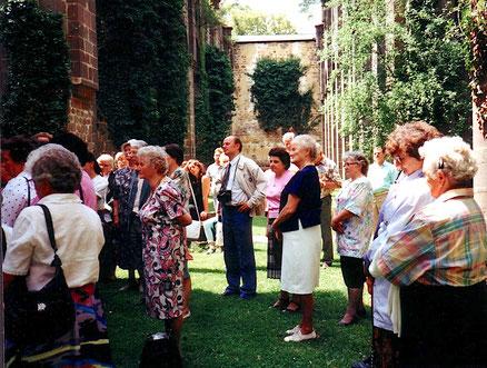 Führung im Kloster Arnsburg, 1993 // Foto: Gömmer