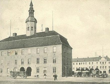 Neubrandenburg altes Rathaus Leiterwagen stehen davor