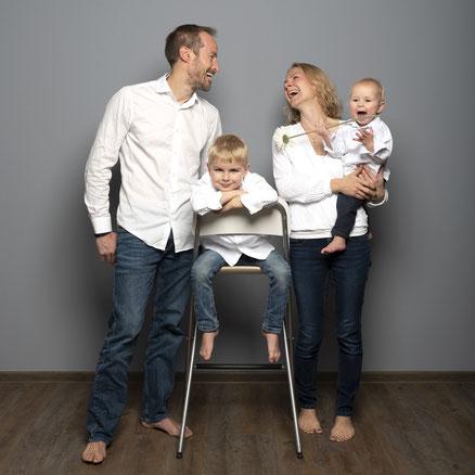 Familienfoto mit zwei Erwachsenen und zwei Kindern