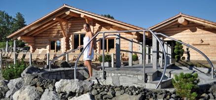 Esterno con la grande sauna finlandese sullo sfondo