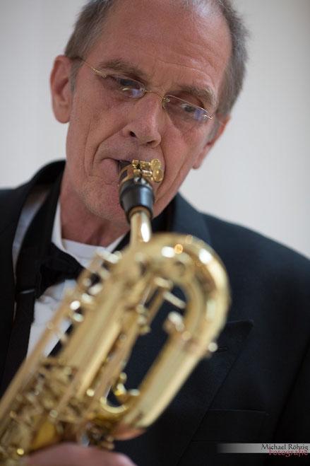 Saxophonist Jürgen Keymer hier bei einer kirchlichen Trauung in Köln