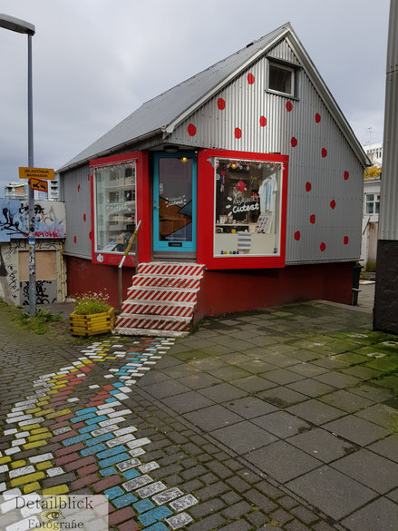 Haus mit roten Punkten in Reykjavik