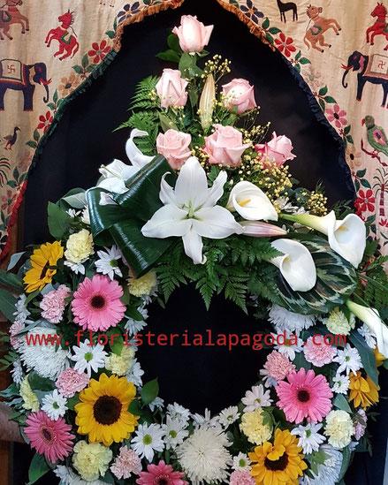 Corona de flores multicolor GM con cabezal.