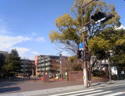 武田通りから西門を通って甲府西キャンパスへ