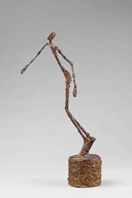Alberto Giacometti. El hombre que se tambalea 1950. Bronce 60x22x36cm.Musée d ´Orsey. Aqui el hombre aparece barrido por el viento, tratando de huir de la duda, del fracaso del pánico...