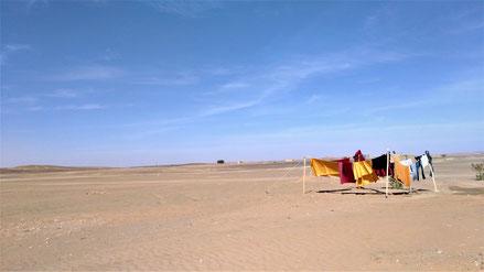 現在住んでる場所ってこんな感じです。モロッコ・サハラ砂漠で洗濯ものを干すと、速攻で乾きますね(笑)