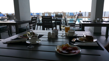 Frühstück direkt im Royal Blue Hotel