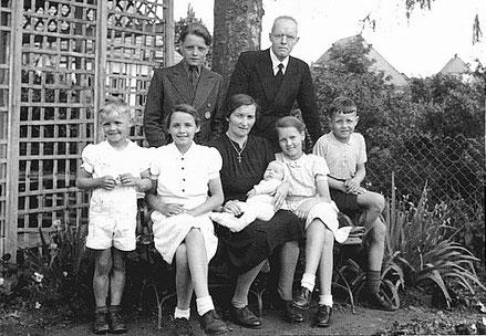 Familie Siebert Sommer 1949 hinter der Gartenlaube im Pfarrgarten - ohne Hans, aber mit dem neugeborenen Schwesterchen Maria