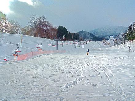 いぶきの里スキー場、今朝のオープンと同時に何人かのスキーヤーが初滑りを楽しんでいました。