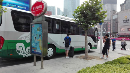 大連外国語大学行のバス乗り場 天安国際
