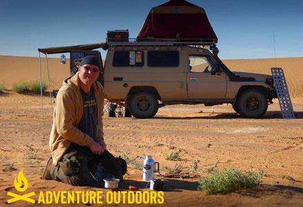 Kochen im Feuer in der Wüste mit der Feuerkanne von Petromax