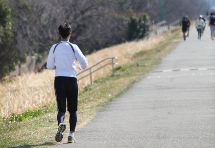 坐骨神経痛で走ると足腰が痛い女性