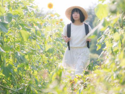 奈良県香芝市を歩く肩こり女性