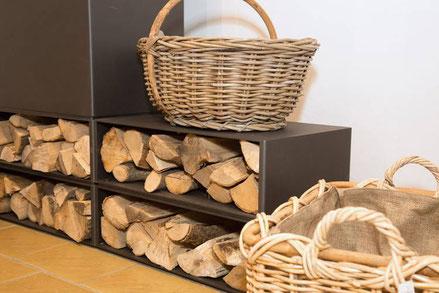 Schönes Kaminzubehör: Ofenbank und Holzkörbe