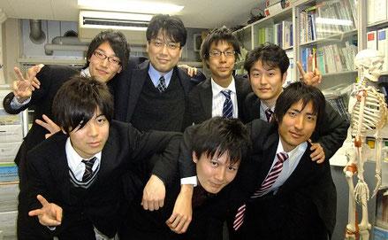 教授室で卒業生とともに(後列中央が中野先生)