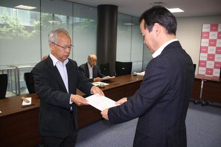 伊藤副市長に申し入れ書を手渡す小村吉一市委員長