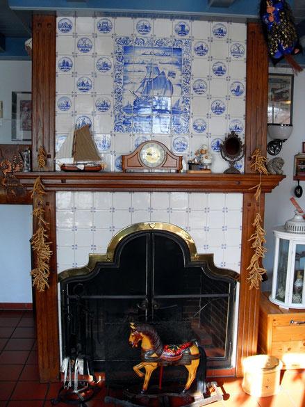 ... alter Rauchfang mit Kachelbild in der Gaststube.