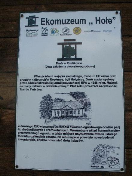 Tablica informująca o istnieniu dworu w Brelikowie. Takie tablice informacyjne w kilku wsiach powstały w ramach Programu tworzenia ekomuzeów w Bieszczadach.