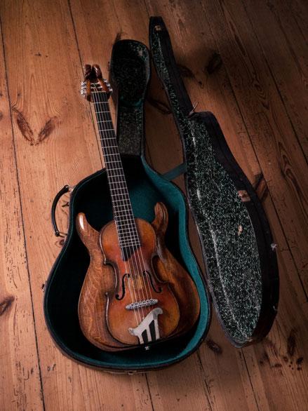 David Bergmann guitar carvings custom vintage handwerk mahagoni tonholz steampunk ausstattung verleih david bergmann upcycling enorm holzarbeiten schnitzerei klassisch