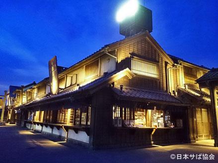 建物から漏れる明かりの雰囲気を楽しむならば、夜のライトアップがおすすめ。