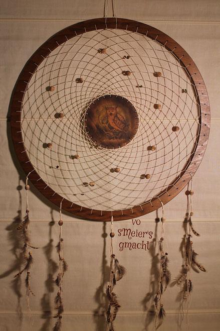 Der Traumfänger mit einem Durchmesser von ca. 60cm und einer Gesamtlänge von ca. 115cm.