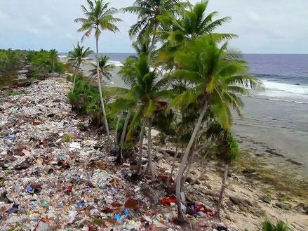 南の島の海岸に流れ着き 、自然に還らないプラスチックごみが溜まり続ける