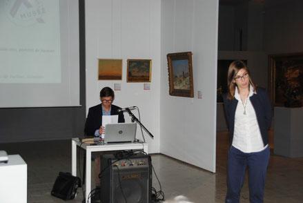Agathe Jagerschmidt, directrice du musée Boucher-de-Perthes d'Abbeville, présente le conférencier, François Séguin, conservateur du patrimoine au musée de Picardie
