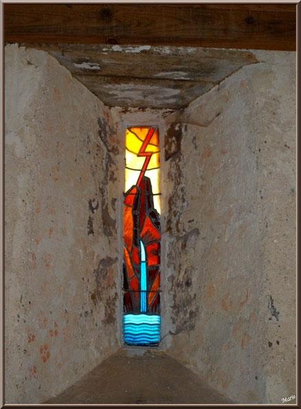 Eglise St Michel du Vieux Lugo à Lugos (Gironde) : vitrail à l'entrée