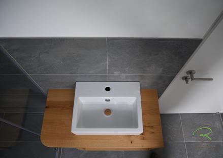 Draufsicht auf Waschtisch mit Handtuschfach, Eiche massiv, mit starkem Radius für den Einstieg in die Dusche