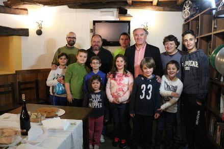 Miembros do Club Keixo de Arzúa que acudieron al Torneo, los Grandes Maestros Strikovic, Lariño y Hoffman con los niños y niñas que presenciaron el Torneo