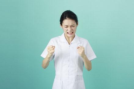 転職失敗をした女性薬剤師が悔しがっている画像