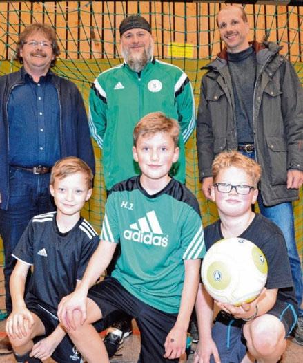 Mit Fußball-Obmann Heiko Hoener (Mitte) freuten sich auch Adrian, Hendrik und Tobias über die Spende von Christian Bork (li.) und Matthais Lahann (re.).