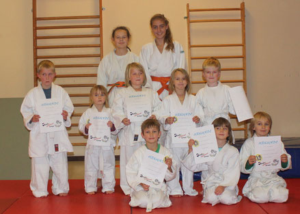 Trainerinnen Melanie Dirrigl und Anna Ramsauer mit den kleinen Judokas