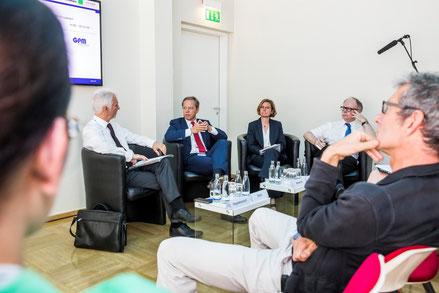 Best-Practice-Dialog zu BIM: v.l.n.r.: Norman Heydenreich (Management Akademie Weimar), Harald Rohr (Fraport AG), Iris Reimold (Bundesministerium für Verkehr und digitale Infrastruktur, BMVI), Ralf Poss (Bundesbauministerium, BMUB), Foto: www.paulhahn.de