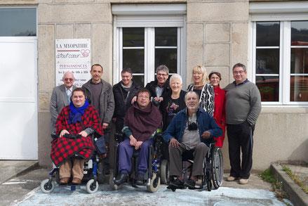 L'équipe de La Myopathie à tout Cœur devant les locaux de l'association