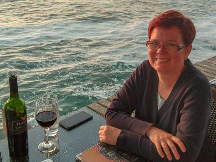 Ina trinkt Rotwein am Meer  - (C) Genussbummler.de