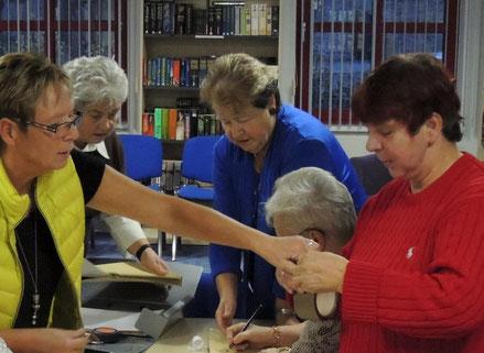 Das Team der Wahlhelfer im Wahllokal - Bibliothek.