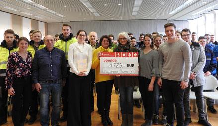 Spendenübergabe der Pfleiderer Studenten an den Hospizverein Neumarkt e.V. (Foto: Sarah Gottschalk; Pfleiderer Neumarkt GmbH)