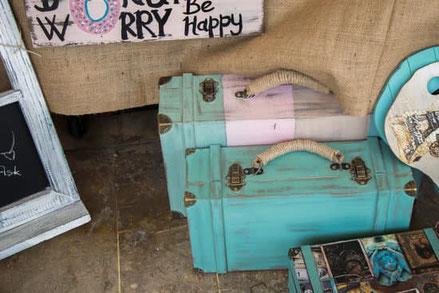 türkisfarbene Koffer und Hippie-Flagge